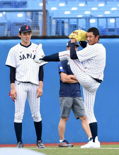 大船渡・佐々木(左)の投球フォームをまねる星稜・奥川(撮影・横山健太)