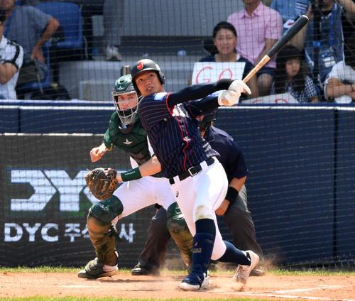 日本対南アフリカ 4回表日本2死一、三塁、左越え3点本塁打を放つ西(撮影・横山健太)