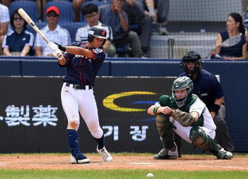 日本対南アフリカ 5回表日本無死三塁、遊ゴロ適時内野安打を放つ韮沢(撮影・横山健太)