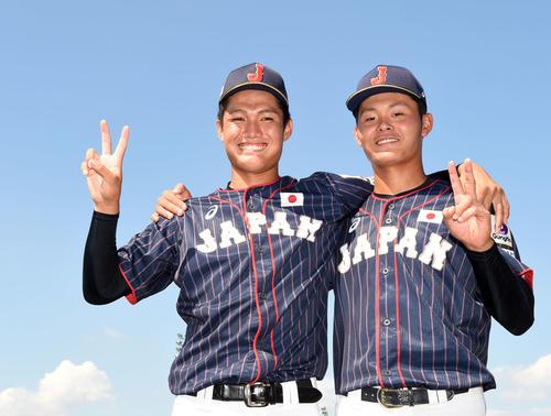 日本対南アフリカ 笑顔でピースする西(左)と浅田(撮影・横山健太)