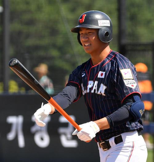 日本対南アフリカ 6回表日本無死、代打で登場した奥川(撮影・横山健太)