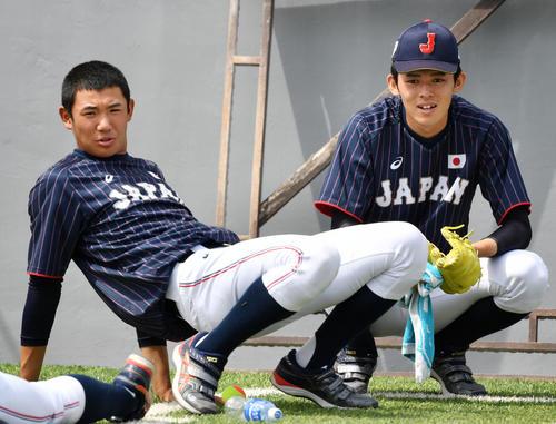 日本対南アフリカ 会話を交わす奥川(左)と佐々木(撮影・横山健太)