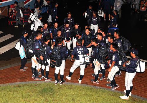 日本対台湾 バスに乗り込む前、選手たちを集める仲井コーチ(撮影・横山健太)