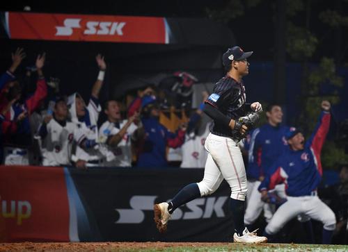 日本対台湾 5回裏台湾2死二、三塁、ロ・ウィーチェに左越え2点二塁打を浴び肩を落とす山瀬(左)と宮城(撮影・横山健太)