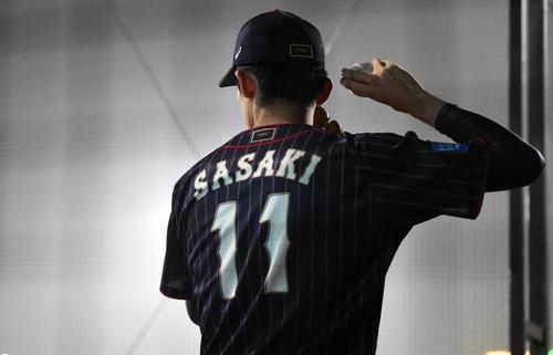日本対台湾 試合中、ブルペンで投球練習する佐々木(撮影・横山健太)