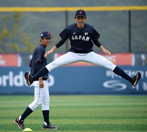 日本対台湾 アップをする佐々木朗希(右)と奥川(撮影・横山健太)