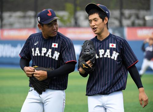日本対台湾 会話を交わす宮城(左)と林の左腕コンビ(撮影・横山健太)