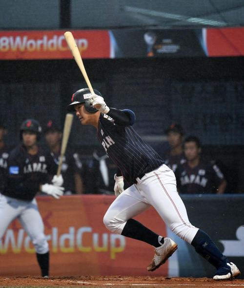 日本対台湾 1回表日本2死二塁、左前適時打を放つ石川(撮影・横山健太)