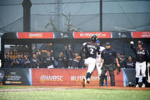 日本対台湾 1回表日本2死二塁、石川の左前適時打で先制点を奪い歓喜する日本ナイン(撮影・横山健太)