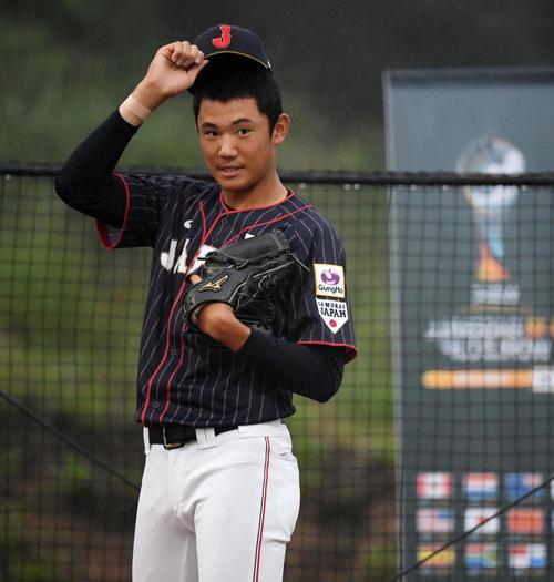 日本対台湾 試合中、ブルペンでキャッチボールをする奥川(撮影・横山健太)