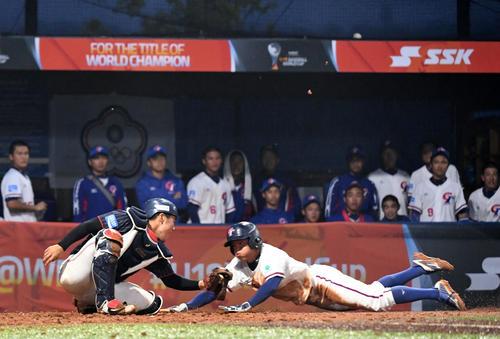 日本対台湾 3回裏台湾1死一、三塁、日本は本盗を許し失点する(撮影・横山健太)