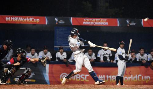 日本対パナマ 5回裏日本2死一、三塁、左越え3点本塁打を放つ石川(撮影・横山健太)