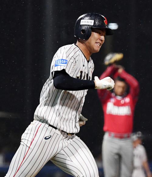 日本対パナマ 5回裏日本2死一、三塁、左越え3点本塁打を放ち笑顔を見せる石川(撮影・横山健太)
