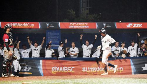 日本対パナマ 5回裏日本2死一、三塁、石川が左越え3点本塁打を放ち歓喜する日本ナイン(撮影・横山健太)