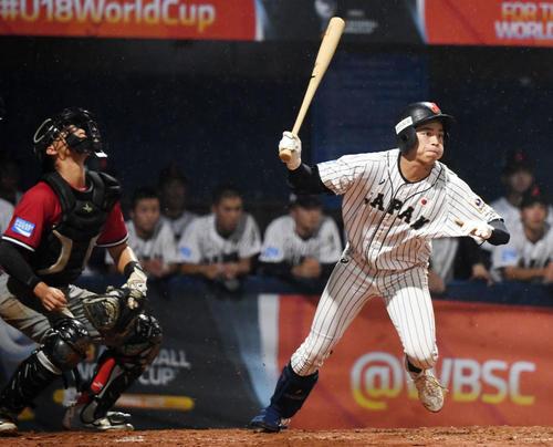 日本対パナマ 5回裏日本1死、右翼線へ三塁打を放つ森(撮影・横山健太)