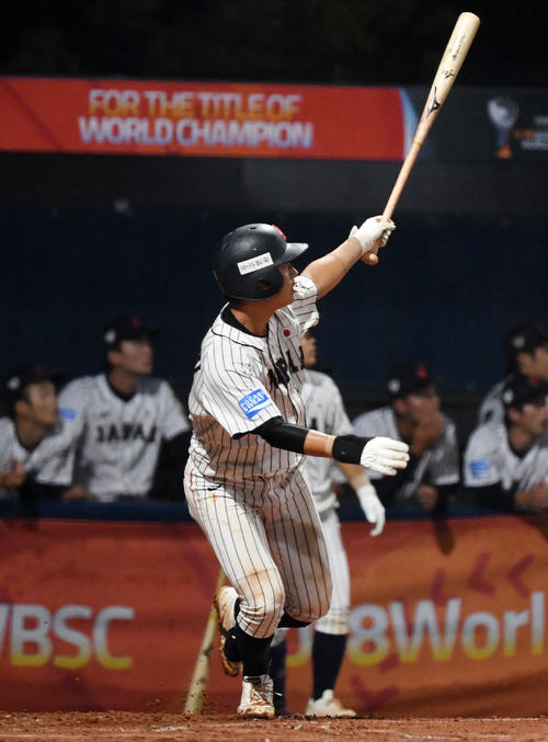 日本対パナマ 6回裏日本無死、左越え本塁打を放つ水上(撮影・横山健太)