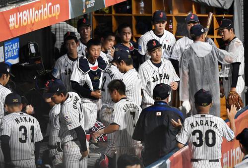 日本対パナマ 雨天コールドが決定し片づけを始める日本代表の選手たち(撮影・横山健太)