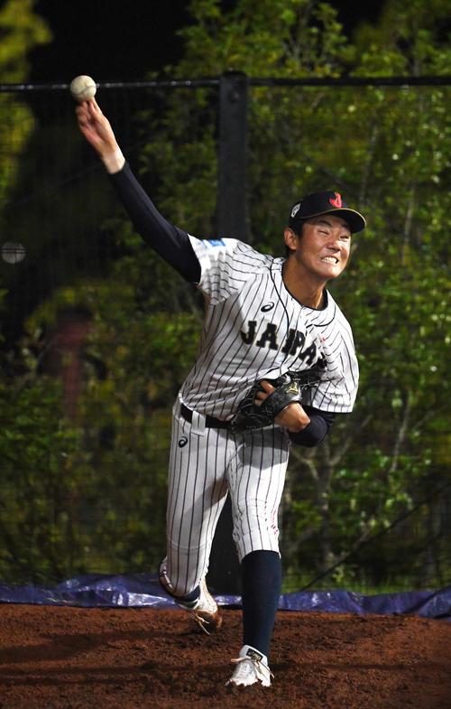 日本対パナマ ブルペンで投球練習する奥川(撮影・横山健太)