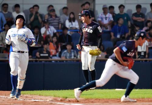 日本対韓国 2回表を無失点に抑えほえる西(中央)(撮影・横山健太)