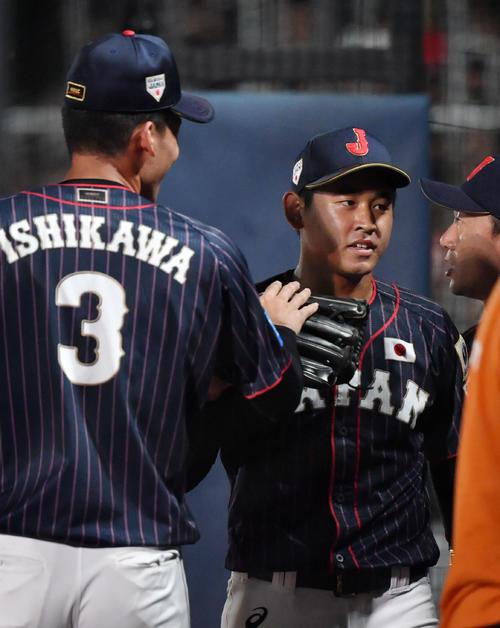日本対韓国 5回裏を終え、ナインにタッチで迎えられる宮城(撮影・横山健太)
