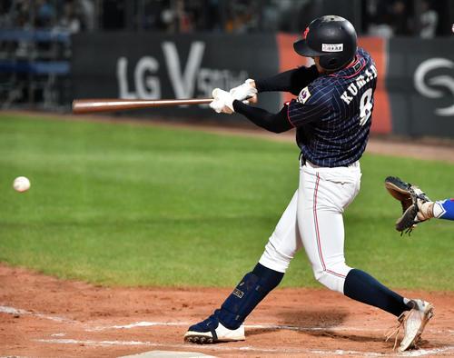日本対韓国 7回裏日本2死一、二塁、右前適時打を放つ熊田(撮影・横山健太)