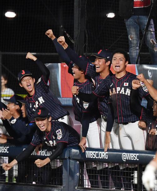 日本対韓国 7回裏日本2死一、二塁、水上桂が中前適時打を放ちガッツポーズする、左から林、佐々木、池田、奥川、西(撮影・横山健太)