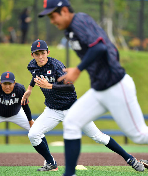 日本対韓国 ダッシュをする佐々木(撮影・横山健太)