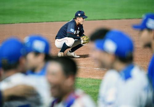 日本対韓国 8回表2死二、三塁、一塁への暴投で同点とされ肩を落とす石川(撮影・横山健太)