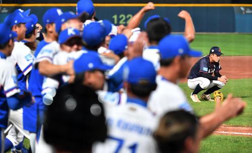 日本対韓国 タイブレークの末、韓国に敗れ肩を落とす石川(撮影・横山健太)