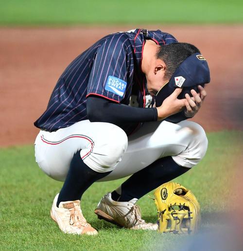 日本対韓国 タイブレークの末、韓国に敗れ泣き崩れる石川(撮影・横山健太)