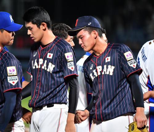 日本対韓国 試合後、韓国ナインと握手を交わす佐々木(左)と石川(撮影・横山健太)