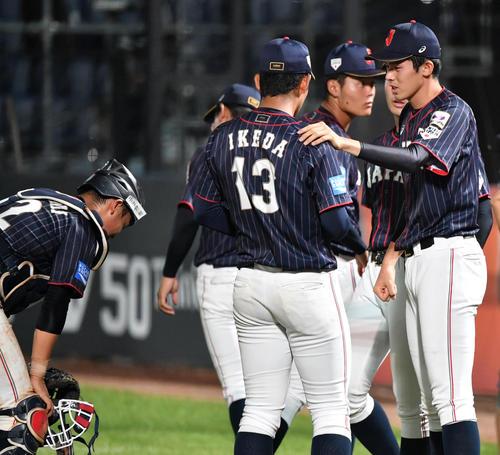日本対韓国 肩を落とす池田(中央)に声をかける佐々木(右)(撮影・横山健太)