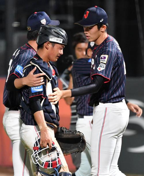 日本対韓国 悔し涙を流す水上(左)に声をかける佐々木(撮影・横山健太)