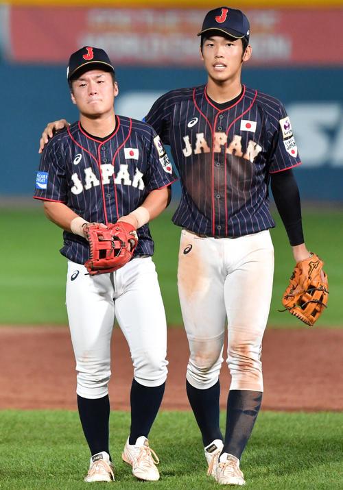 日本対韓国 悔し涙を流す坂下(左)の肩を支える武岡(撮影・横山健太)