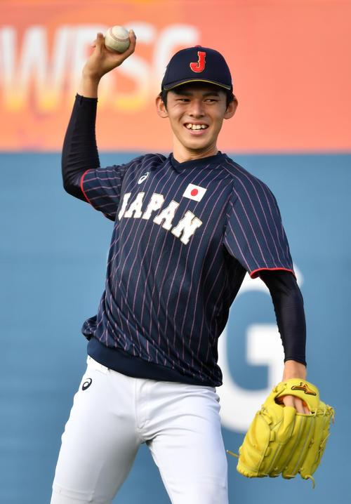 日本対韓国 笑顔でキャッチボールする佐々木(撮影・横山健太)