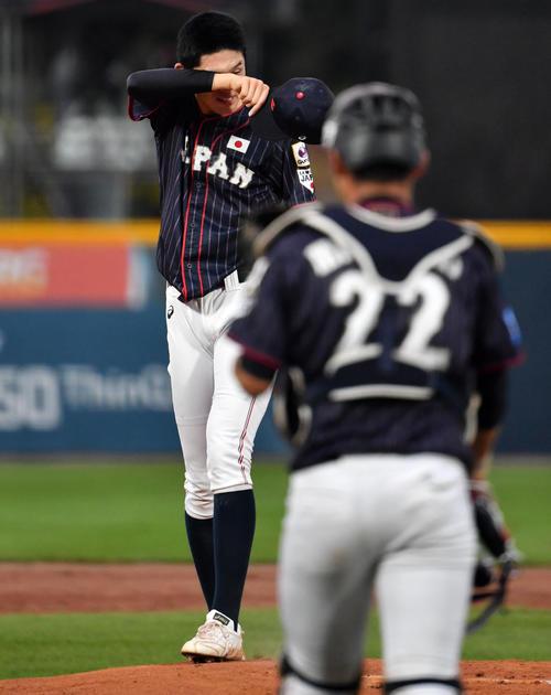 日本対韓国 1回表韓国2死一塁、佐々木の元へ水上(手前)が駆け寄る(撮影・横山健太)