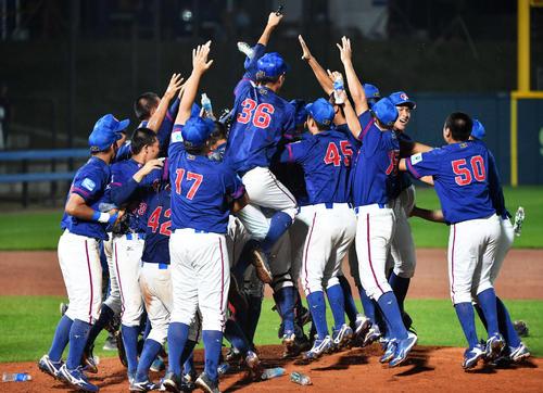 優勝を果たし歓喜する台湾ナイン(撮影・横山健太)