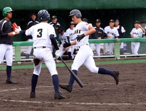 札幌平岸対札幌大谷 2回札幌大谷2死満塁、5番佐藤が右越えに満塁本塁打を放ち生還する(撮影・永野高輔)