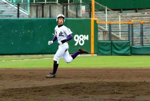 札幌旭丘対北広島西 5回札幌旭丘2死一、二塁、右越えにこの回2本目の三塁打を放ち打球を見ながら走塁する土田(撮影・永野高輔)