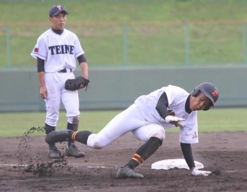 札幌手稲対札幌白石 8回裏札幌白石2死三塁、左越えに本塁打を放ち三塁を回り、ガッツポーズの後で転んでしまう野村(撮影・西塚祐司)
