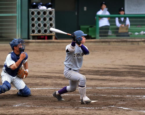 花巻東対大船渡 4回表花巻東2死一、三塁、左中間に2点適時三塁打を放つ菅