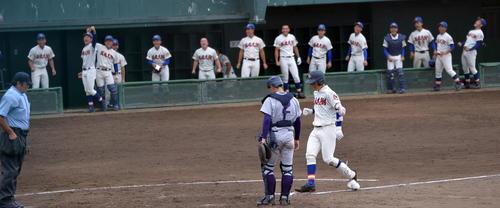 花巻東対盛岡大付 5回裏盛岡大付2死一塁、勝ち越し2ランを放って生還する渡辺と盛り上がる三塁側ベンチ