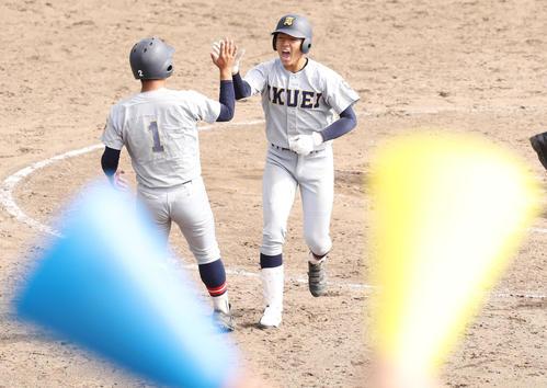 鶴岡東対仙台育英 7回裏仙台育英無死一塁、右越え本塁打を放ち笹倉(左)とハイタッチする佐々木