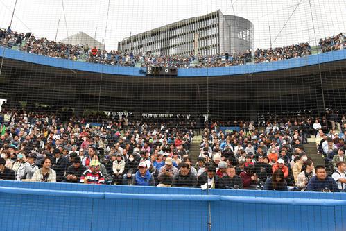 神宮第2球場で開催される高校野球最後試合、秋季都大会準々決勝の帝京対日大三戦が満員のスタンドで行われた(撮影・柴田隆二)