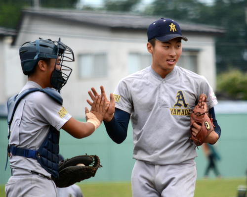 勝利の瞬間、ハイタッチを交わす青森山田・山村(右)と新井山捕手