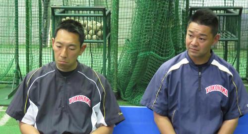 15年5月、渡辺監督の退任が明らかになり、会見する平田部長(当時=右)と金子副部長(同)