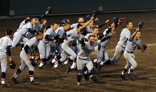 仙台育英対明桜 仙台育英ナインは延長11回の激戦を制し、大喜び