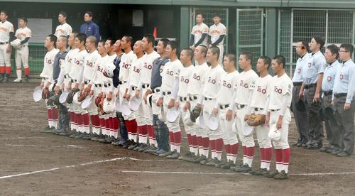 東奥義塾対学法福島 3-2で勝利し校歌を歌う東奥義塾の選手たち