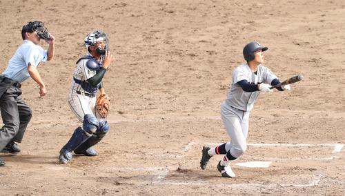 鶴岡東対仙台育英 7回裏仙台育英無死一塁、右越え本塁打を放つ佐々木