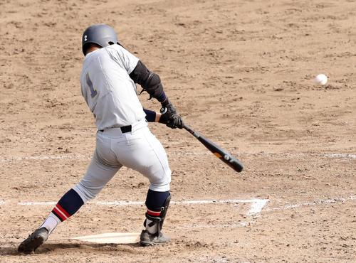 8回裏仙台育英2死一、三塁、左前適時打を放つ笹倉(撮影・野上伸悟)